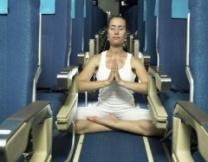 Дама дала мастер-класс по самолетной йоге (видео)