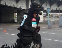 Москвич пробежал марафон в костюме Годзиллы