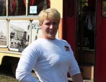 Жительница Иркутска двигает трамвай (видео)
