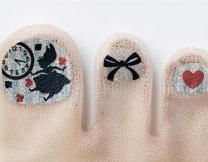 Новый японский тренд - чулки с накрашенными ногтями