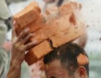 Подросток разбил головой 111 кирпичей (видео)