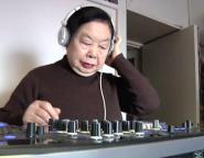 Бабушка из Японии отжигает за вертушками (видео)