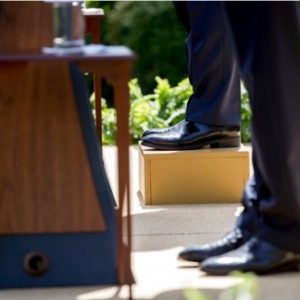 Король Иордании встал перед Трампом на коробку