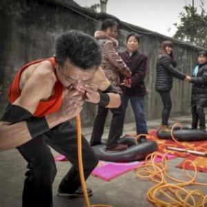Уникальный китаец надувает шины... носом!