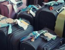Английские чемоданы держат лицо