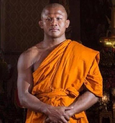 Боксер стал монахом, а заодно героем фотожаб