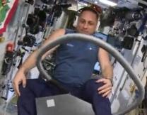 Российский космонавт оседлал пылесос (видео)