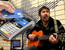 Британские уличные музыканты принимают безнал