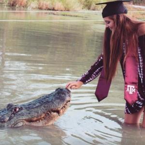 Студентка пришла на выпускной с крокодилом