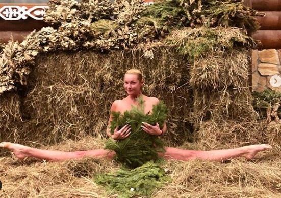Анастасия Волочкова села на шпагат в сено