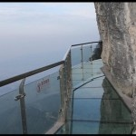 <center><b>Китаец прополз по стеклянному мосту над пропастью</center></b>