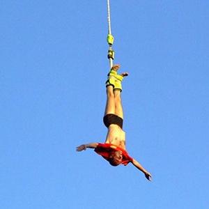 <center><b>Жительница Гонконга прыгнула с тарзанки голой</center></b>
