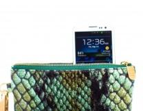 <center><b>Заряди телефон с помощью сумочки</center></b>