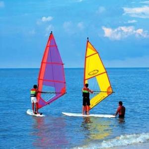 <center><b>Бразильские пенсионеры учатся сёрфингу</center></b>