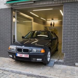 <center><b>Пенсионер сделал из магазина гараж</center></b>