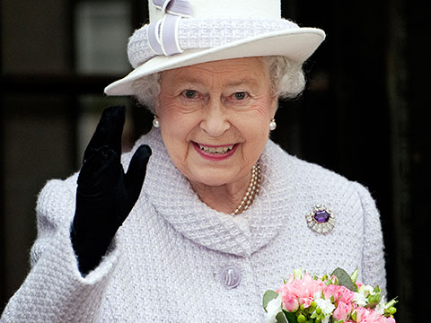 <center><b>Елизавета II вернулась с каникул на поезде</center></b>