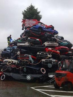 <center><b>Рождественская ёлка из старых автомобилей</center></b>