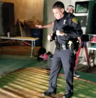 Полицейский научил подростков танцевать (видео)