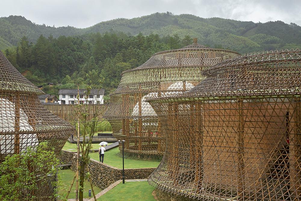 Китайцы построили город из бамбука