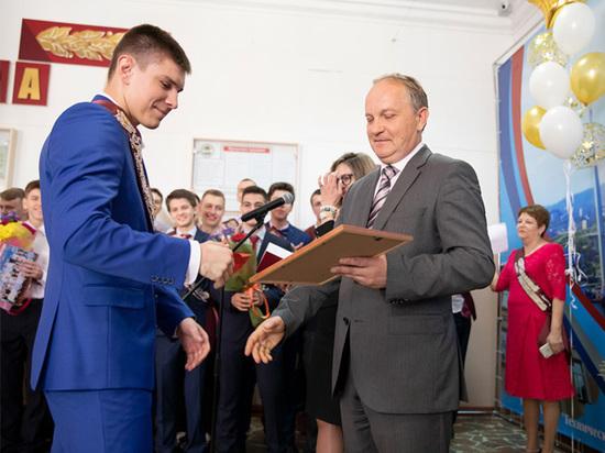 Мэр Владивостока отправил выпускников «в последний путь»