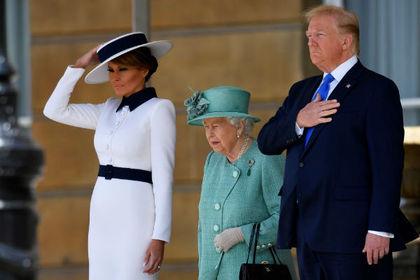 Трамп потрогал Елизавету II и нарушил этикет