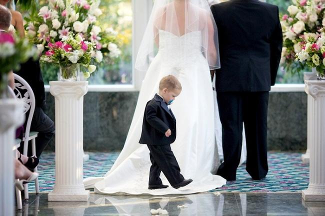 <center><b>Ребенок чуть не сорвал свадьбу</center></b>